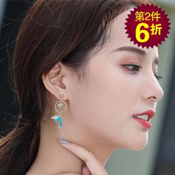【第2件6折】不對稱海豚珍珠貝殼 耳針/無耳洞黏貼式耳環